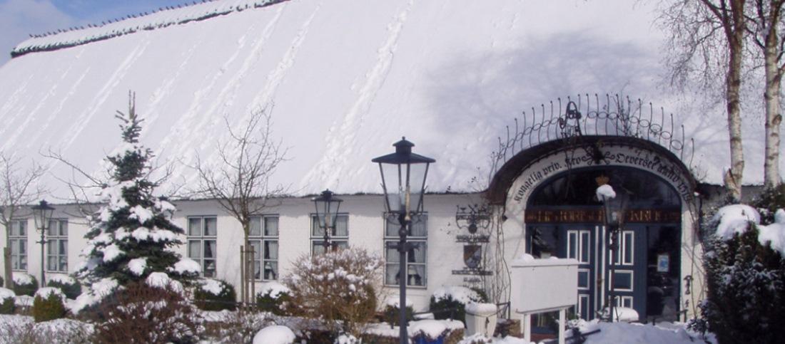 Der schneebedeckte Historische Krug in Oeversee